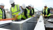 Bouwvakkers in spe helpen bij bouw passerelle Schijnpoort