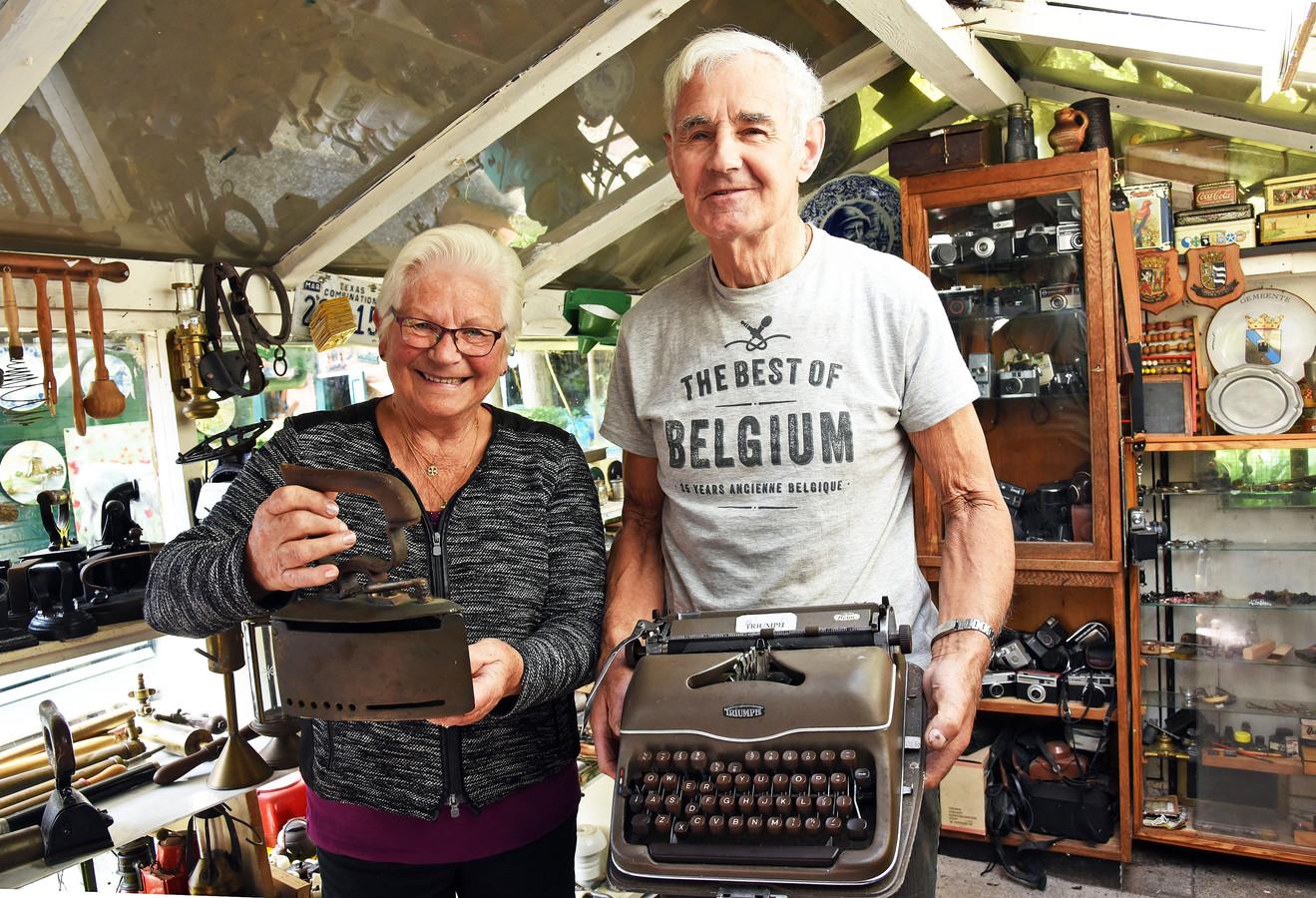 Jenny en George Wijnacker in hun museum.