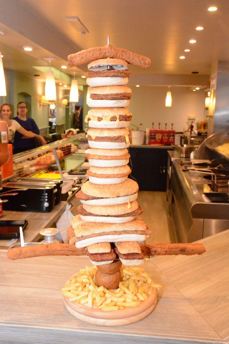 Het 'Mes van Stekene' bestaat uit 2 bicky royals, 2 gewone bicky's, 2 bicky cheese, 2 chickenburgers, 2 bickyribs, 2 bicky friks, 2 bouletten, 2 viandellen en 1 curryworst dit alles afgewerkt met 250 gram verse frietjes met sauzen naar keuze.