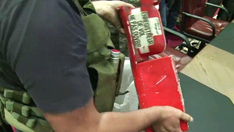 Een pro-Russische separatist overhandigde deze week de Flight Data Recorder van vlucht MH17. Beeld afp