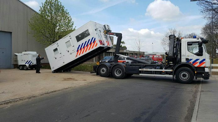 De politie plaatst een onderzoeksunit bij de loods aan de IJsselweg, waar een drugslab is gevonden.