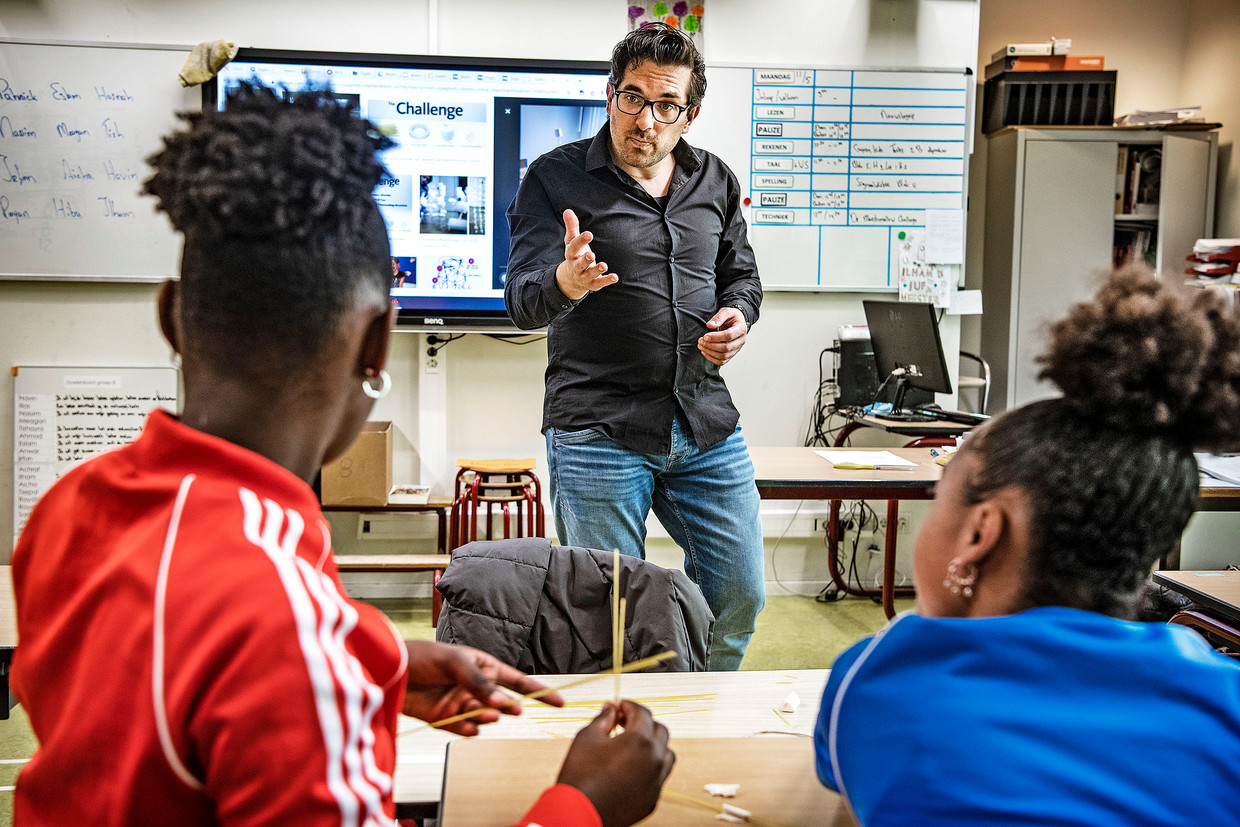 Nederland, Amsterdam, 11-5-2020 Leraar Floris geeft voor het eerst sinds het sluiten van de scholen weer les op basisschool De Buikslotermeer in Amsterdam. Beeld Guus Dubbelman / de Volkskrant