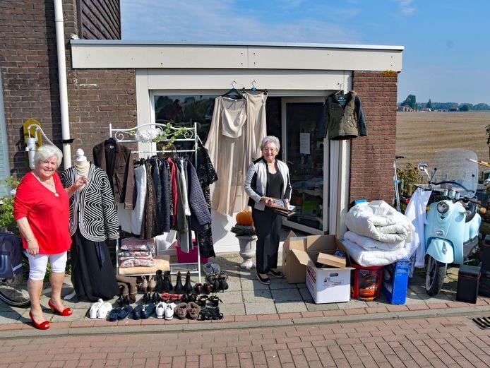 Ria Steenbakker (links) en Gonda Audenaerd voor hun gloednieuwe rommelmarktwinkeltje langs de Hoekseweg tussen Hoek en Terneuzen, direct naast het goederenspoor van Dow..