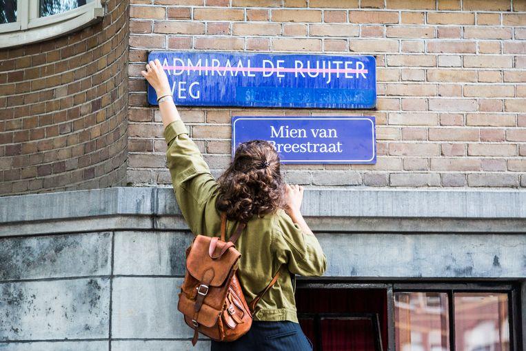 Straatnaamborden werden in 2018 vervangen voor feministische straatnaamborden door een groep activisten. Beeld Tammy van Nerum