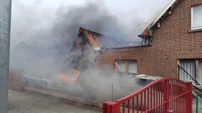 Auto vliegt in brand tijdens sleutelen: man zwaar verbrand aan bovenlichaam en gezicht