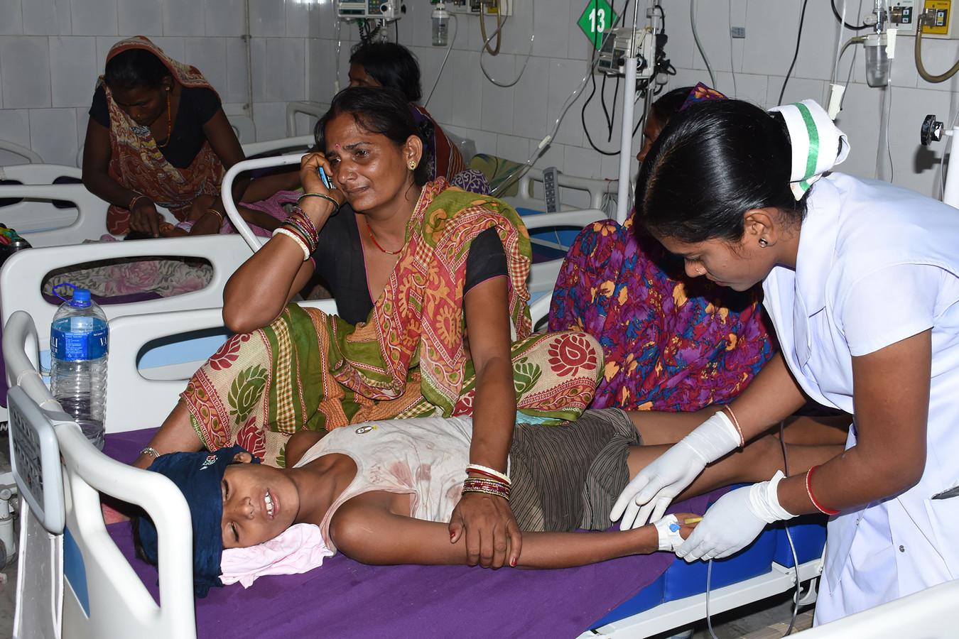 Un enfant recevant des soins à Muzaffarpur, dans le nord de l'Inde, le 10 juin.