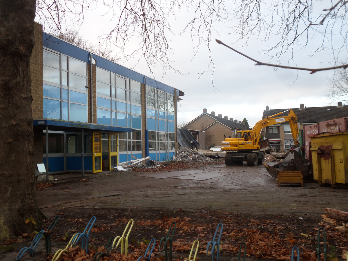 De sloop van de school in Giessen is in volle gang.