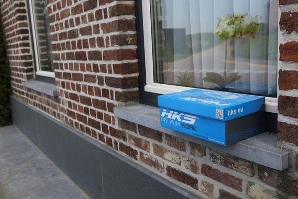 De brief werd in een plastic zakje gedaan en vervolgens in een schoendoos op de vensterbank geplaatst zodat de Civiele Bescherming die kan komen ophalen