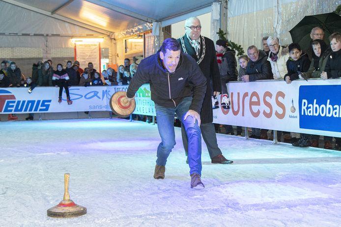Gianni Romme zet aan voor een worp tijdens een potje curling.