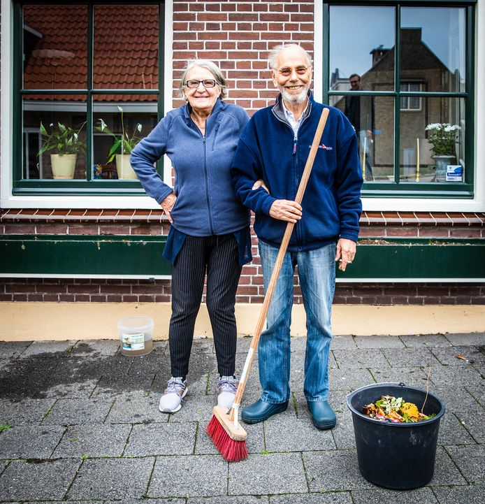 Coco en Fred Hubert op het schoongeveegde straatje voor hun huis in Piershil. ,,We hebben over de hele wereld gewoond en uiteindelijk is Piershil ons thuis geworden.''