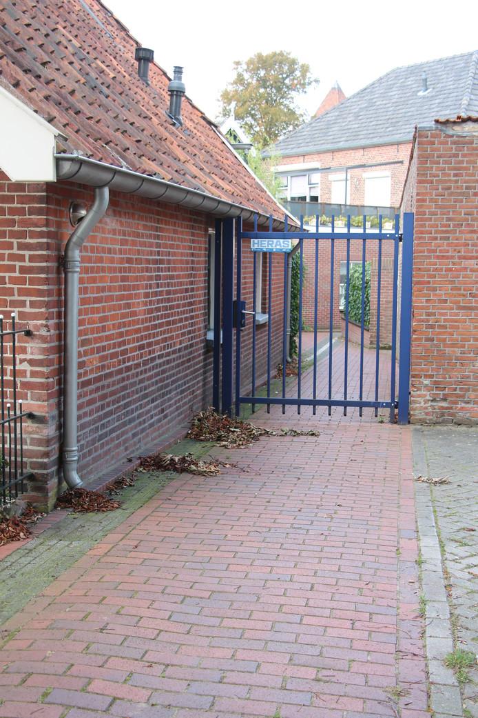Kleine Hagen-gedeelte dat als kerkepad naar de Grotestraat loopt. In het weekend en bijv. als het kermis is, gaat aan twee kanten een hek op slot.