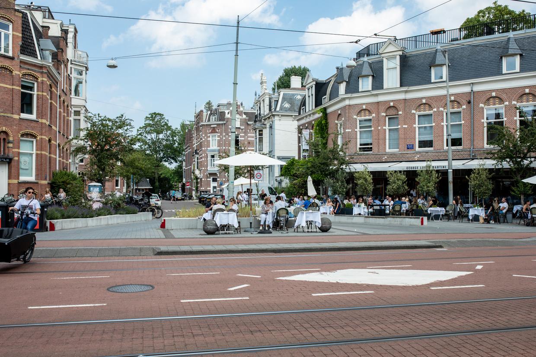 Op de  Willemsparkweg heeft restaurant George W.P.A. een terras gemaakt op een pleintje, iets wat Bar Baut elders niet werd toegestaan. Beeld Nosh Neneh