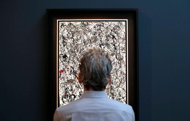Een bezoeker aanschouwt 'No 19', een ander werk van Jackson Pollock, in het veilingshuis van Christie in New York.