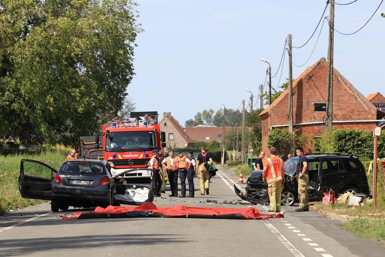 Bij het ongeval in de Gentstraat zondagmiddag botsen twee auto's frontaal op elkaar. Een passagier, een 25-jarige vrouw uit Beveren, overleed gisterennacht aan haar verwondingen.