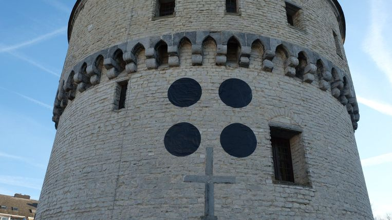 De vier stippen op de linker Broeltoren.