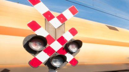 VIDEO Waanzinnig: Fietser slalomt argeloos over gesloten spooroverweg