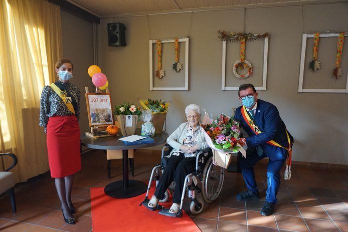 Schepen Hina Bhatti en burgemeester Bart Tommelein hebben tal van cadeaus mee voor Angela Vanwulpen.