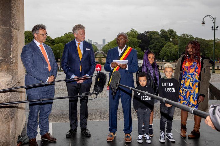 Van links naar rechts: partijvoorzitter Joachim Coens, minister van Binnenlandse Zaken Pieter De Crem, burgemeester Pierre Kompany en zijn familieleden.