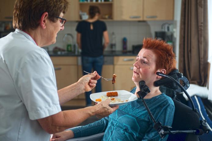 De zwaargehandicapte Mieke van Oss uit Volkel heeft een huishoudelijke hulp die haar geen eten mag geven.
