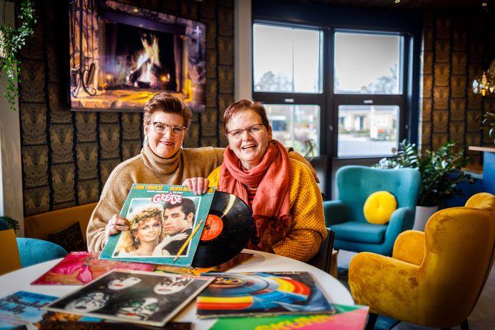 Silvia Chierandjoe en Anneke Huisman organiseren sinds september maandelijks een Club 2000 avond in De Spil in Nieuwleusen.