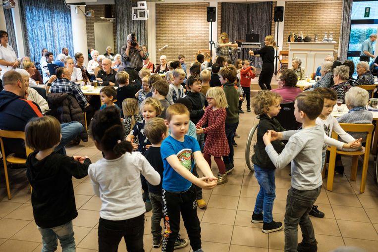 De kleuters van de Sint-Hubertusschool kwamen het nieuwjaarsbal opleuken.