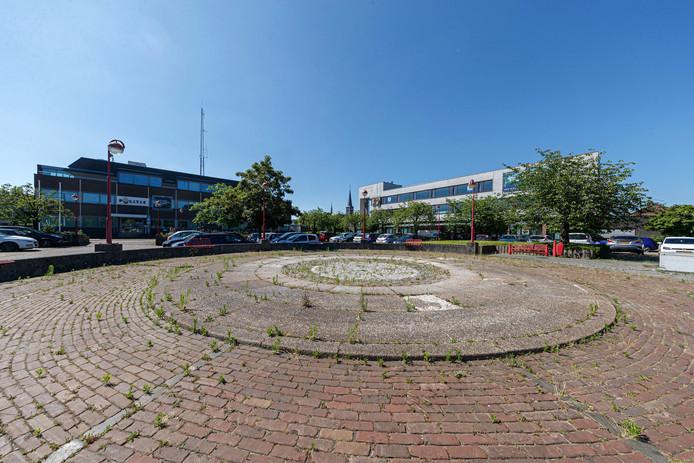 Een troosteloos Stationsplein, waar het waterkunstwerk is weggehaald.