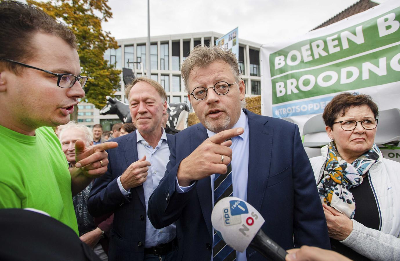 Gelderse landbouwgedeputeerde Peter Drenth (CDA) in gesprek met boeren tijdens een demonstratie bij het provinciehuis van Gelderland.