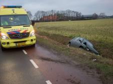 Vrouw slipt met auto en belandt in de sloot in Wouwse Plantage