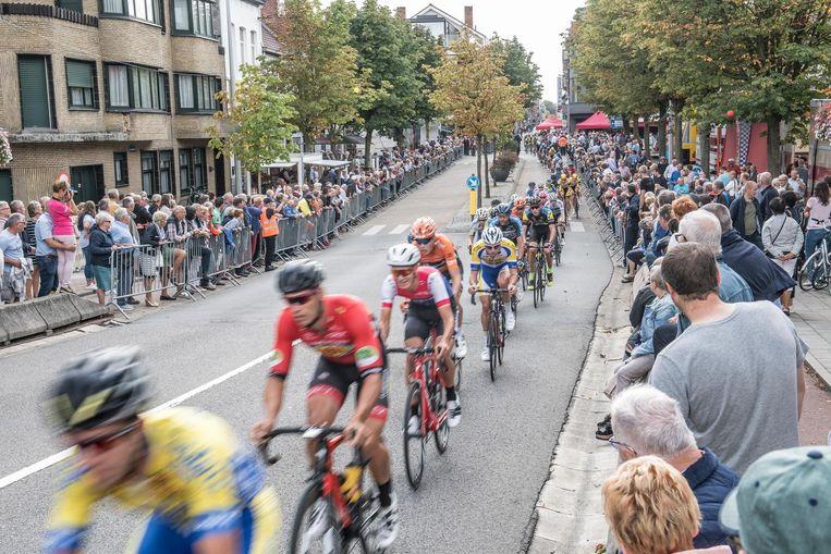 De renners in de 49ste Izegem Koers. Het opzet is om volgend jaar al het BK voor nieuwelingen in Lendelede te organiseren.