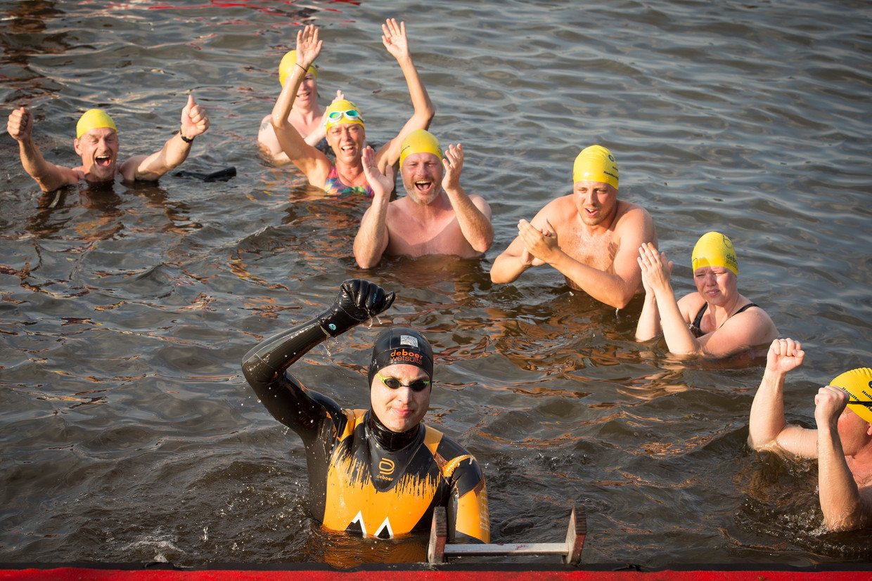 Zwemmer Maarten van der Weijden voltooide maandagavond zijn Elfstedentocht.