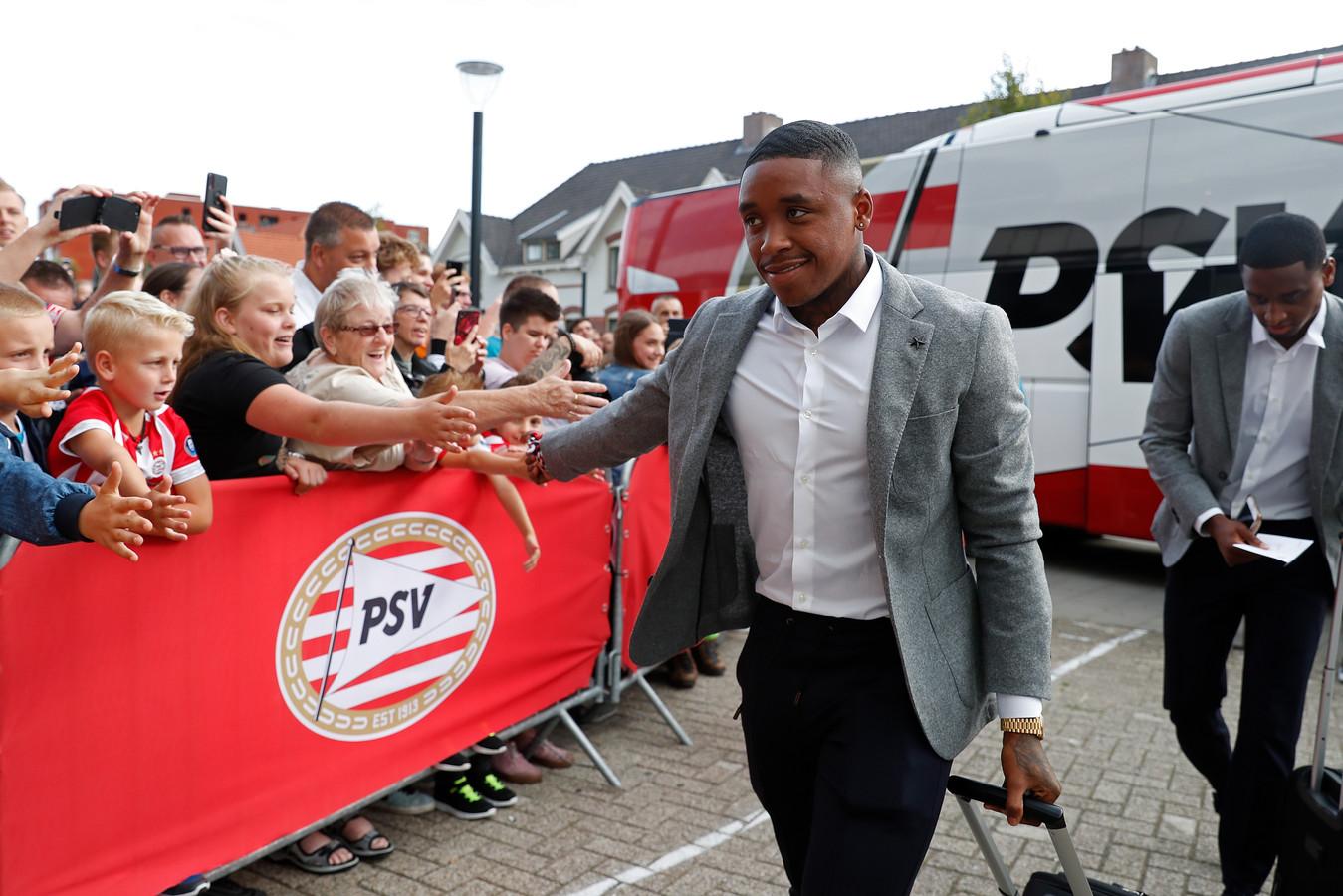 Steven Bergwijn voor de entree bij het Philips Stadion.