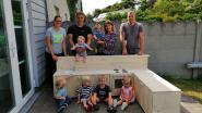 Zwalmse wandelclub schenkt buitenkeukentje aan kinderdagverblijf Zwalmnest