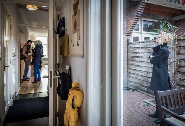 Potentiële huizenkopers tijdens Open Huizen Dag in Haarlem. Beeld Freek van den Bergh / de Volkskant