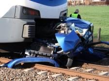 Trein botst op auto in Prinsenbeek: vrouw en kind op tijd uit wagen