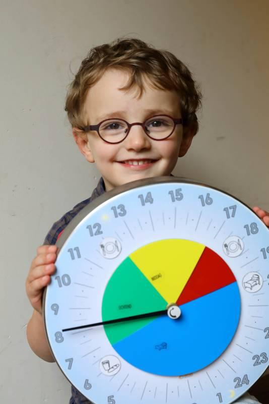 Noah met een speciale klok die in zijn kamer hangt. Als de wijzer in het blauwe vlak staat, weet hij dat hij moet slapen.