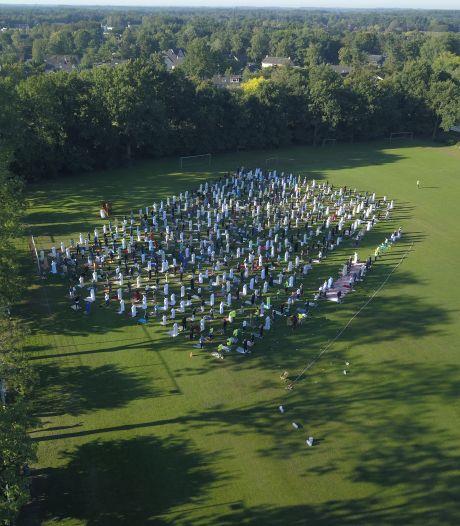 Duizend moslims bidden op voetbalveld tijdens Offerfeest