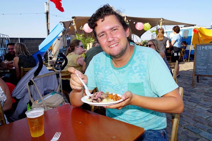 Vierdaagsefeesten, zomerfeesten, vierdaagse 2018Mitch eet op de SMKMRKT. Nijmegen, 17-7-2018 .