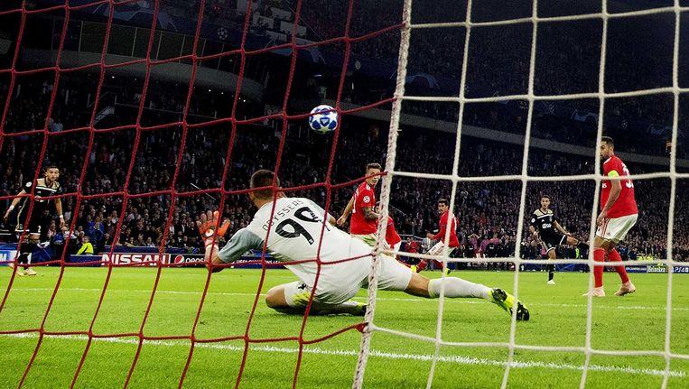 Rechtsback Noussair Mazraoui maakt in blessuretijd van het thuisduel tegen Benfica het enige doelpunt Beeld ANP