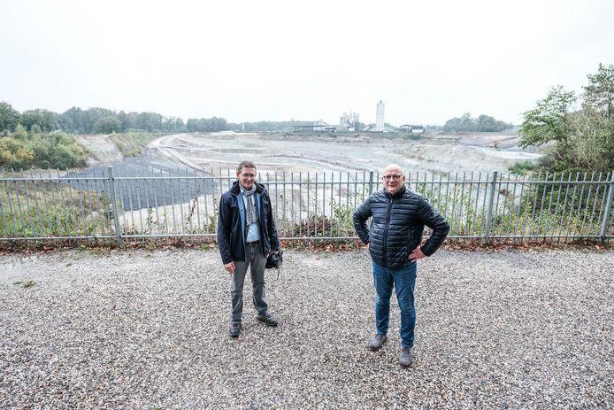 Sibelco-managers Piet Jaspers (links) en Gerard ten Dolle bij de steengroeve in Winterswijk