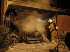 Auto in brand in carport Cuijk, buren horen iemand wegrennen
