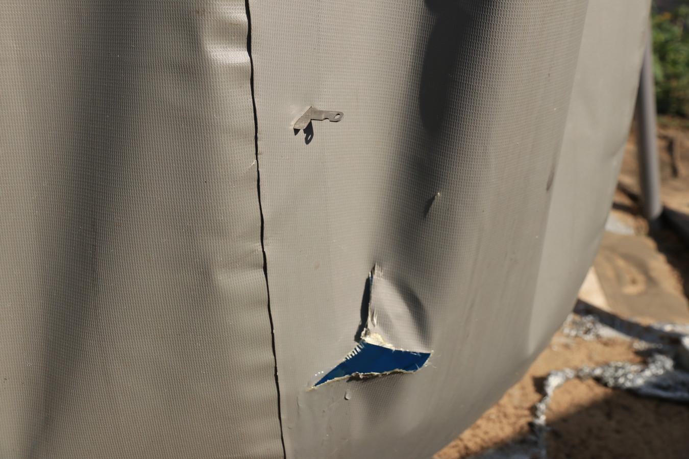 Het lemmet van het mes bleef in de wand van het zwembad steken.