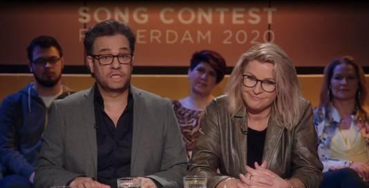 Carlo Boszhard imiteert Erik Dijkstra (l) als presentator van Op1