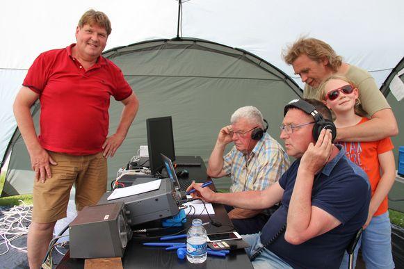 Vanuit een tentje in een weide in Horebeke zoeken de zendamateurs van TLS contact met andere radiostations.