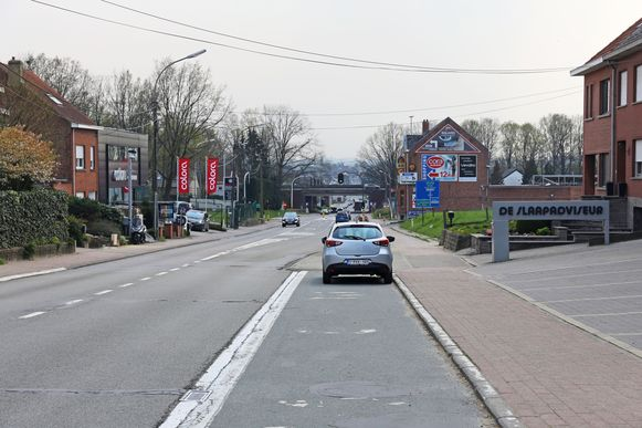 De parkeerstroken moeten verdwijnen om plaats te maken voor een extra afslagstrook of veilige fietspaden.