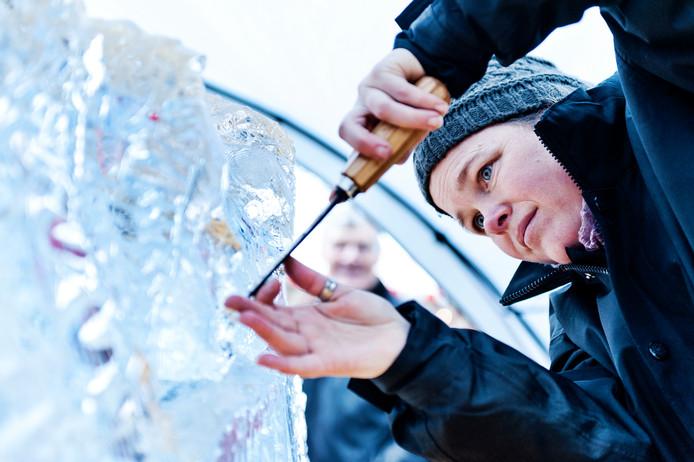 Een noviteit op de kerstmarkt in Doesburg: een ijssculptuur maken.