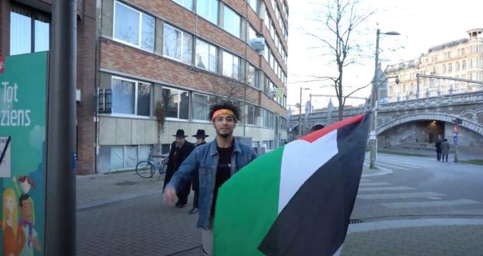 Een beeld uit het filmpje van de broers. Ze skeeleren met een Palestijnse vlag door de Joodse buurt in Antwerpen