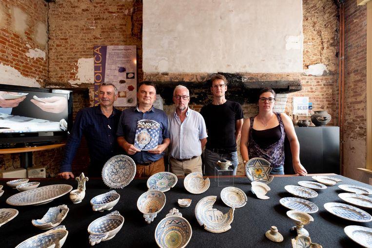 Wim Devos, Guido De Coninck, Chris Van Herck, Herman De Winter en Yvonne de Rue tonen het aardewerk.