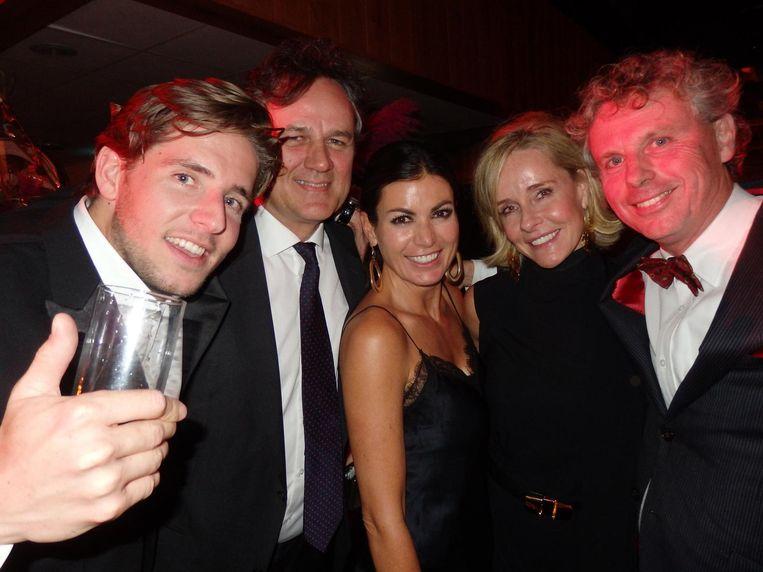 Daniël Kusse, Jeroen den Hertog, Delphine van Dam, Catia von Huitz ('Nee, niet van, von!') en Paul Bouter van het Hubrecht Instituut, het goede doel van de avond Beeld Schuim