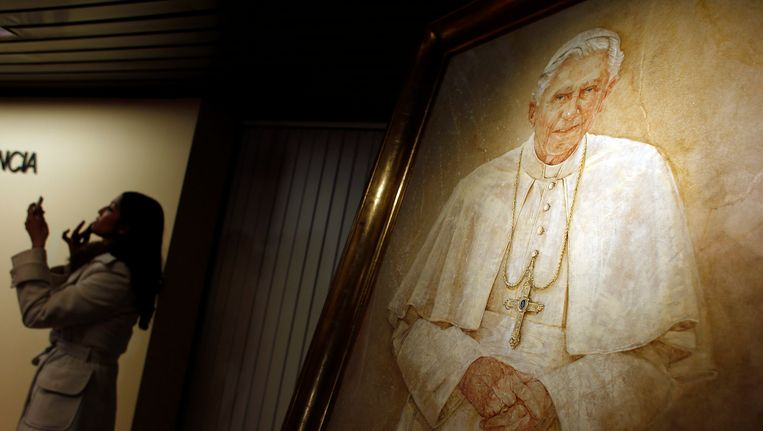 Een schildering van de aftredende paus Benedictus XVI in Madrid. Beeld REUTERS