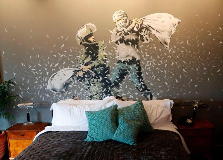 Kamer nummer drie oogt het spectaculairst, volgens journalisten die eind deze week een rondleiding kregen. Op de muur achter het bed voeren een Palestijn een en gehelmde Israëlische politieman een kussengevecht. Beeld null